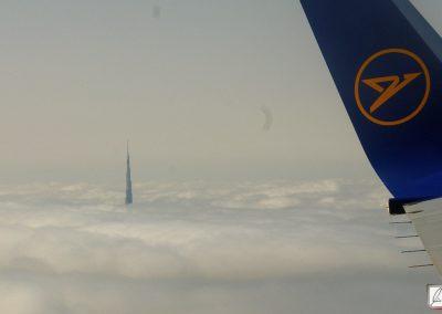 Dubai Burj Khalifa schaut durch die Wolken